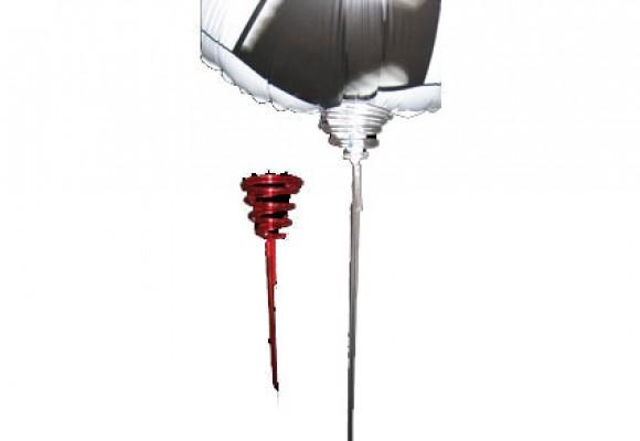 Rød plastpind sølvfolieballon